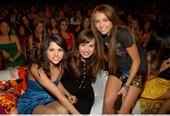 Selena Gomez Upskirt Con Miley Cyrus y Demi Lovato