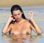 Penélope Cruz Pillada En Topless En Córcega